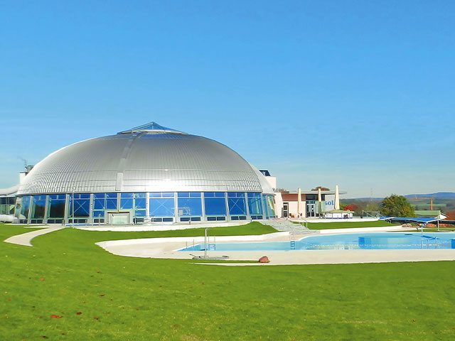 Außenansicht der Kuppel mit Außenbecken