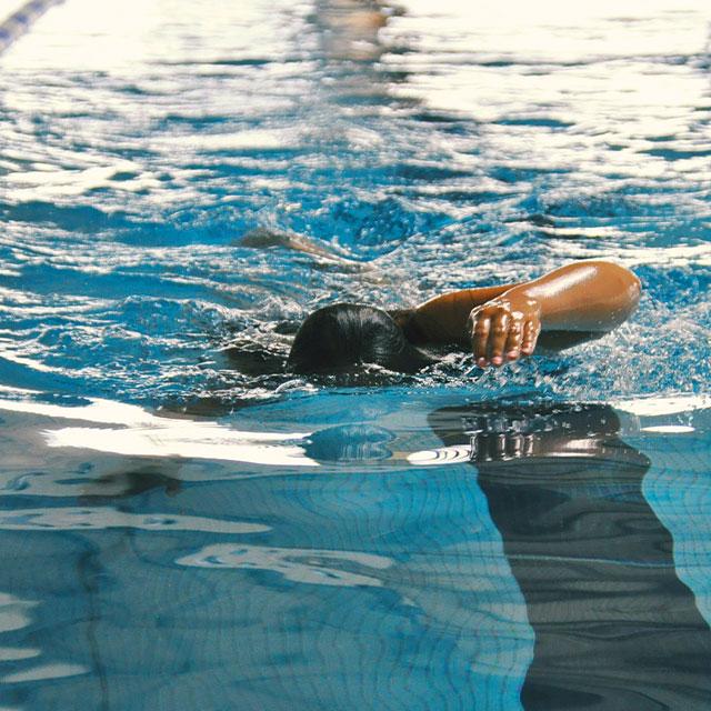Person taucht im Wasser
