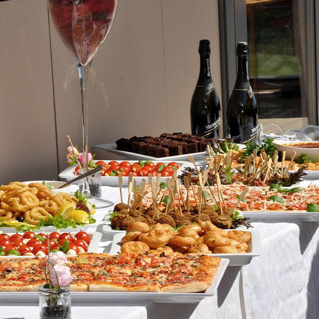 kulinarisches Buffet mit Sekt