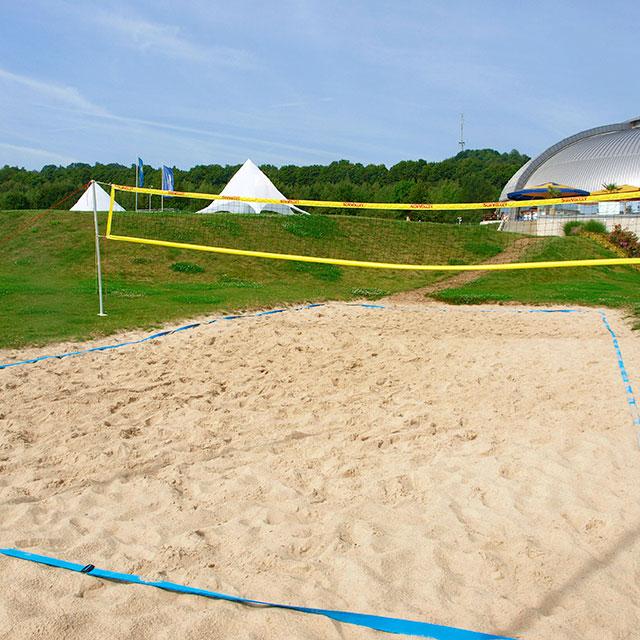 Beachvolleyballfeld mit Blick auf die Kuppel