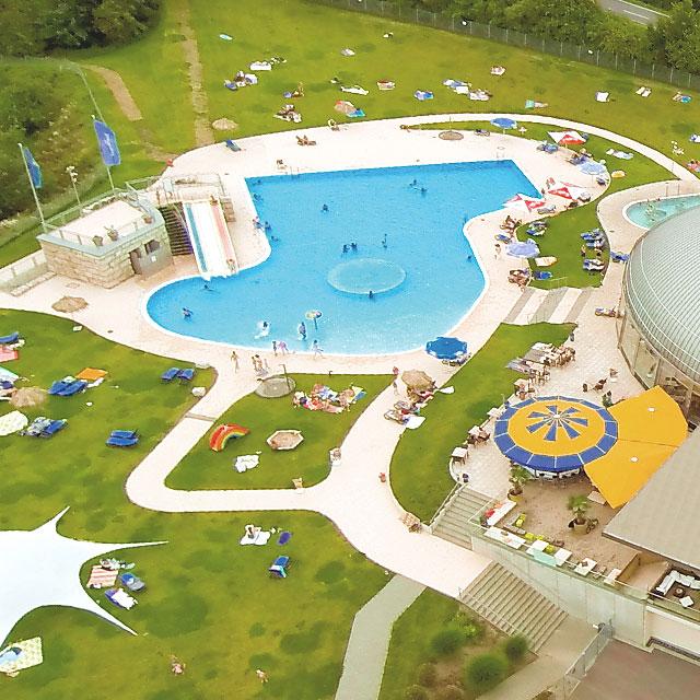 Luftbild der Liegewiese und dem Außenbecken im Badebereich