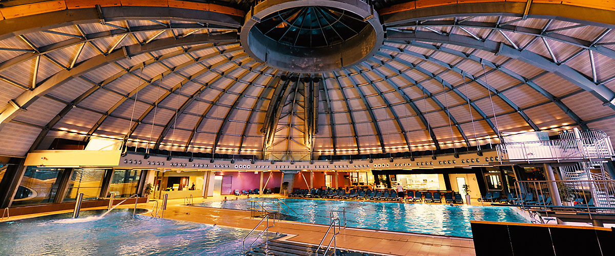 Innenbereich unterhalb der Kuppel mit Blick auf das Sport- und Erlebnisbecken