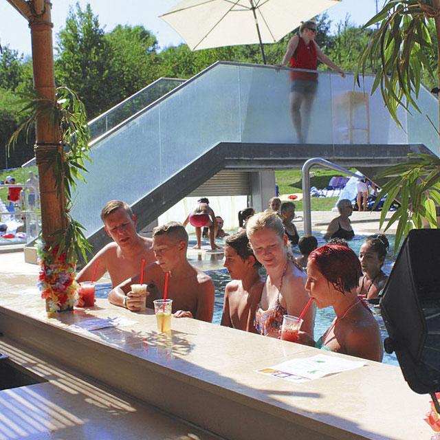 Menschen sitzen an der Poolbar