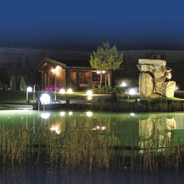 Nachtaufnahme des Außenbereichs mit Blick auf den Bioteich