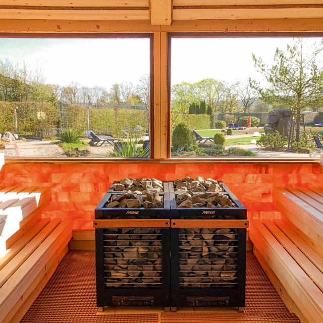 Panorama-Aufguss-Sauna mit Blick auf den Saunagarten