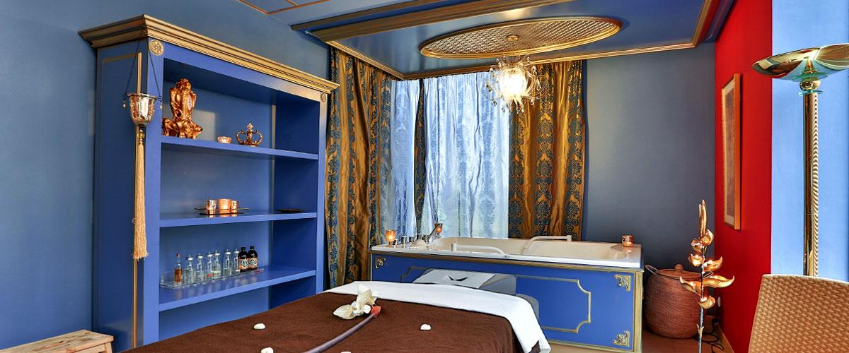 Ein Blick ins Zimmer des Zarenbades mit Wanne und Massageliege