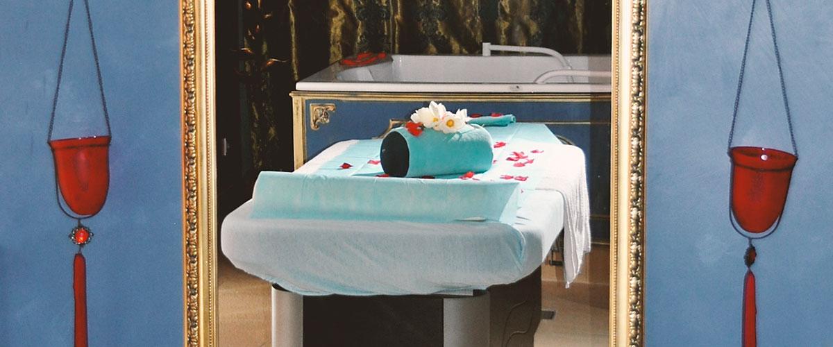 Wellnessbereich mit Spiegel und Massageliege