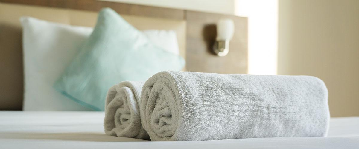 Handtuchrollen auf Hotelzimmerbett